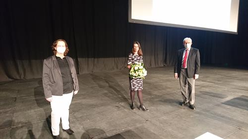 The President Prof. Dr. Edeltraud Vomberg (on the left) and the Chairperson of the University Council Herbert K. Meyer (on the right) congratulate Dr. Kirsten Mallossek and wish her every success for her term of office.
