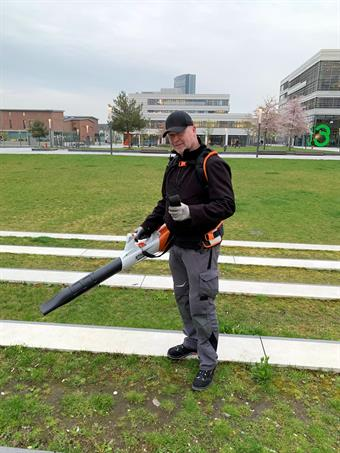 Leaf blower with battery instead of gasoline at the University of Applied Sciences Düsseldorf