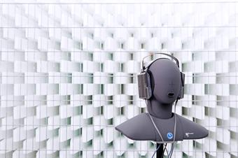 The picture shows an exhibit in form of an head in a silent room [anechoic chamber] of the faculty of media.