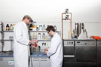 This picture shows two male students in the Chemistry laboratory of the Faculty of Mechanical and Process Engineering.